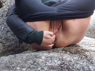 PLAYING WITH MY PISS AND MY PUSSY CUMMING LOUDLY AT THE BEACH