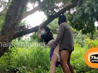 Thai Outdoor Sex Fuck in the longan farm ชาวสวนไทยแอบเย็ดกันในสวนลำไย ซอยจนต้นไม้สั่นไปหมด เอ้าดอร์