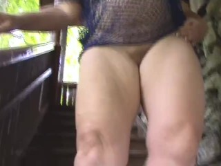 2 Lesben steigen eine Treppe hoch